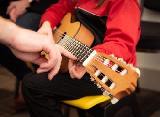 Cours de guitare à domicile pour un enfant : quel rythme ?